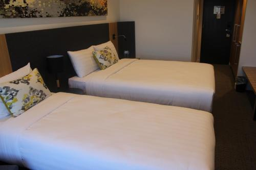 A bed or beds in a room at Quality Hotel Rules Club Wagga