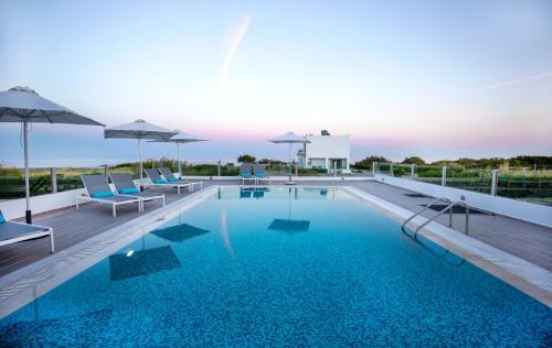 Aegean Horizon Beachfront Villas tesisinde veya buraya yakın yüzme havuzu