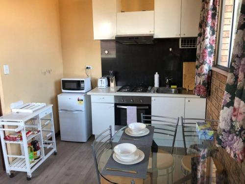 A kitchen or kitchenette at Retro 1bedroom Studio*Close to airport&CBD