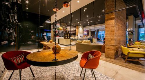Zona de lounge sau bar la Ibis Al Barsha