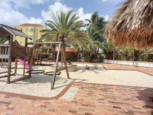 Parquinho infantil em Cool and Breezy 3 BR Villa in Blue Bay Beach
