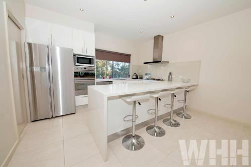 A kitchen or kitchenette at Adelphi Views on Luton - Woodlands
