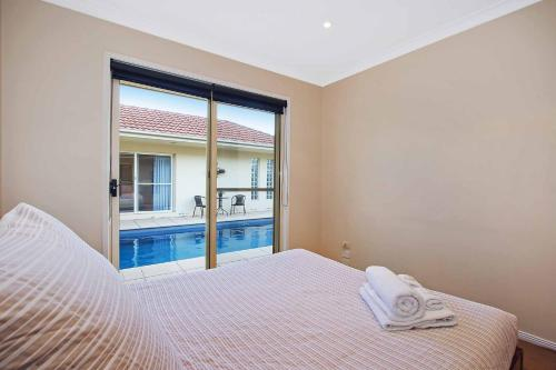 The swimming pool at or near Amelian Holiday House Mulwala