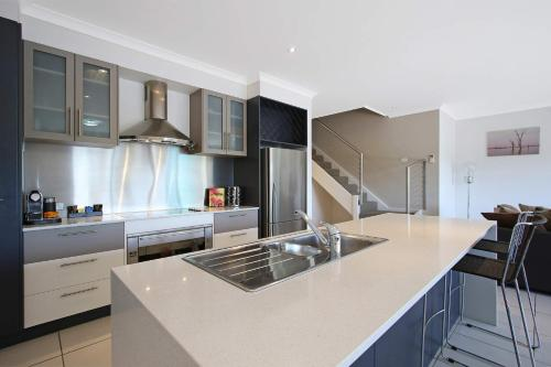 A kitchen or kitchenette at Cypress Townhouse 11