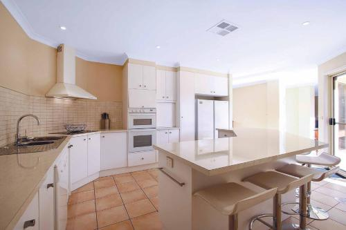 A kitchen or kitchenette at Amelian Holiday House Mulwala