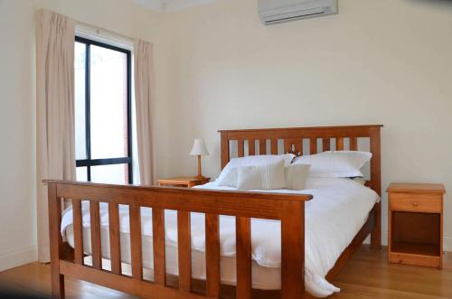 A bed or beds in a room at Arriva Holiday House - Bundalong