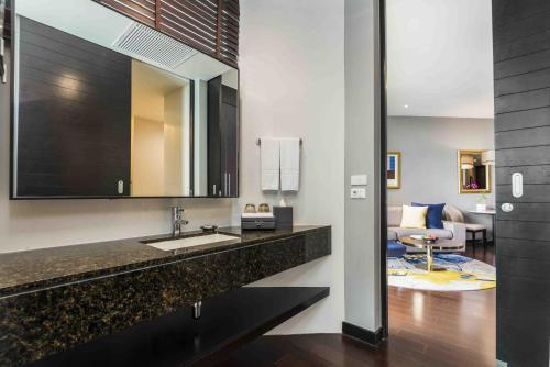 A bathroom at Chatrium Hotel Riverside Bangkok