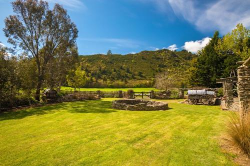A garden outside Mataura Lodge Athol