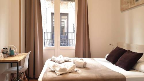 A bed or beds in a room at Hostal la Palmera