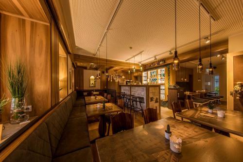 Ein Restaurant oder anderes Speiselokal in der Unterkunft Hotel Brunner