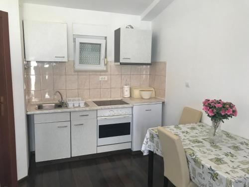 A kitchen or kitchenette at Apartment House Jerko