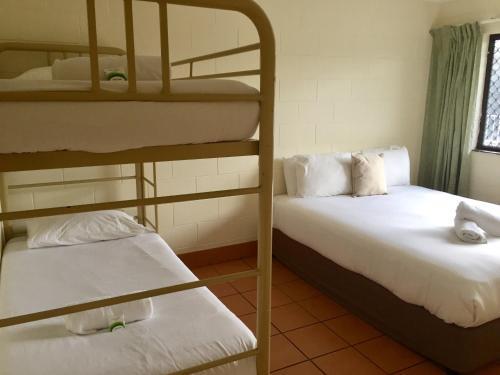 Двухъярусная кровать или двухъярусные кровати в номере Koala Beach Resort Cairns