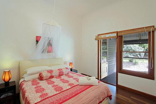 A bed or beds in a room at Kamala Holiday House Byron Bay
