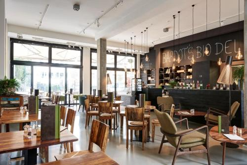 A restaurant or other place to eat at Almodovar Hotel Berlin - Biohotel