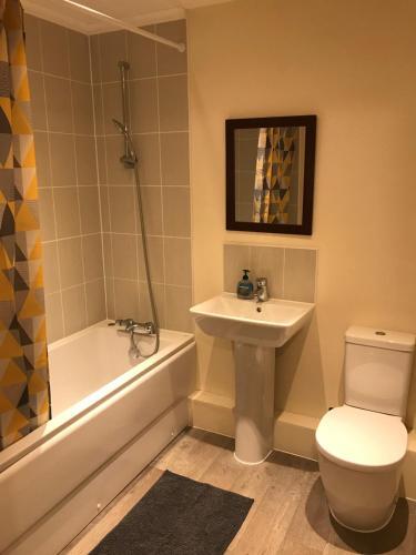A bathroom at Southampton Gem
