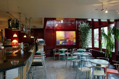 Ein Restaurant oder anderes Speiselokal in der Unterkunft ARVENA Messe Hotel