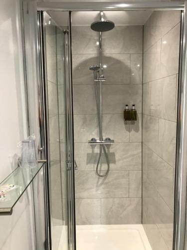 A bathroom at Holden House