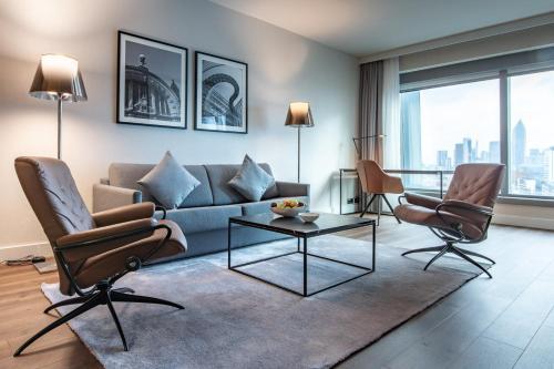 A seating area at Radisson Blu Hotel Frankfurt