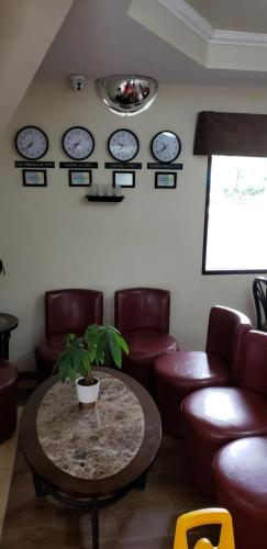 A seating area at Skybridge Inn & Suites