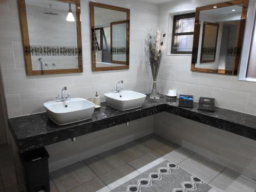A bathroom at Dungbeetle River Lodge