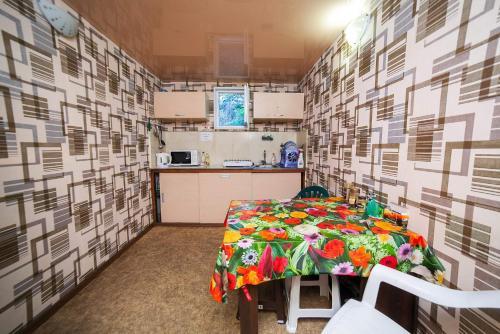Кухня или мини-кухня в Guest House Ekotel