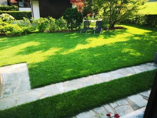 Vrt pred nastanitvijo Holiday House Red Deer