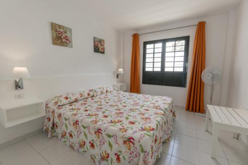 A bed or beds in a room at Apartamentos Moraña