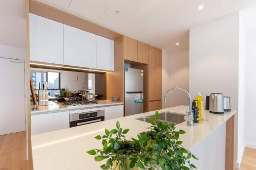 A kitchen or kitchenette at Gorgeous Apt wt Amazing Darling Harbour View
