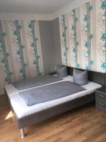 Ein Bett oder Betten in einem Zimmer der Unterkunft Pension Sonntag Ferienwohnungen