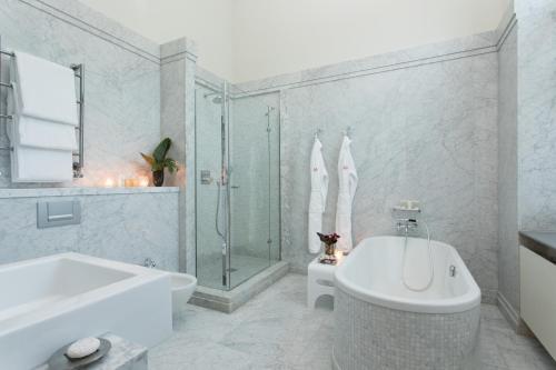 A bathroom at Rocco Forte Hotel De Rome