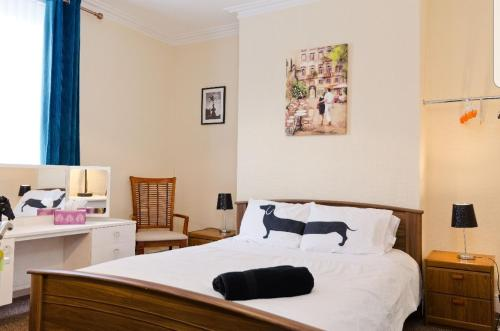 A bed or beds in a room at THE MANSION HOUSE LIVERPOOL Free Parking