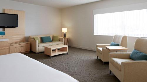 A seating area at Delta Hotels by Marriott Prince Edward