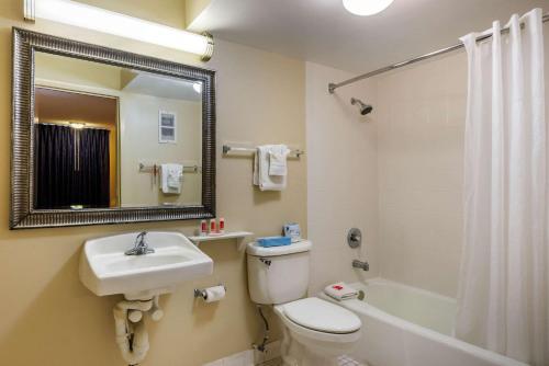 A bathroom at Econo Lodge International Drive
