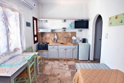"""Η κουζίνα ή μικρή κουζίνα στο New Aurora """"By Checkin''"""