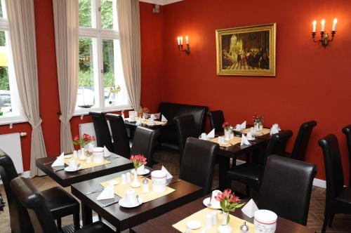A restaurant or other place to eat at Hotel zum Hofmaler