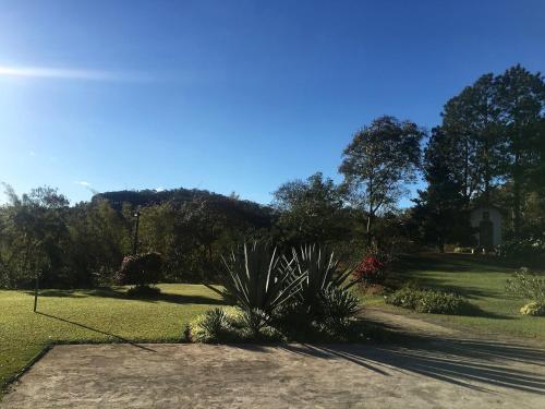 A garden outside Loft em Itaipava