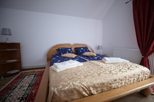 A bed or beds in a room at Muskatli Panzio Sic