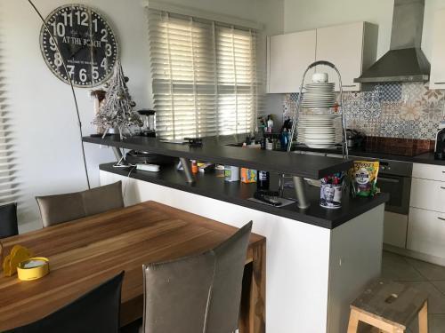 A cozinha ou cozinha compacta de Delsol Sea Front Appartment