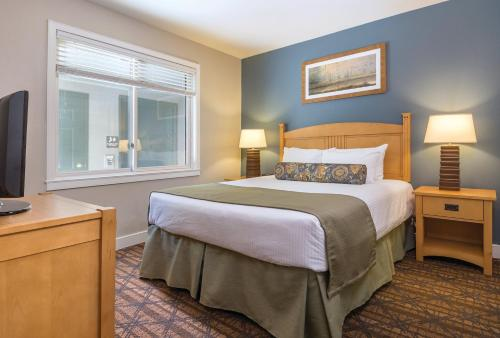 A bed or beds in a room at WorldMark Arrow Point