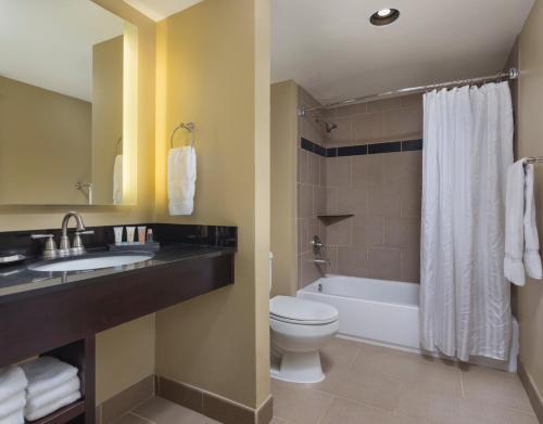 A bathroom at Peacock Suites