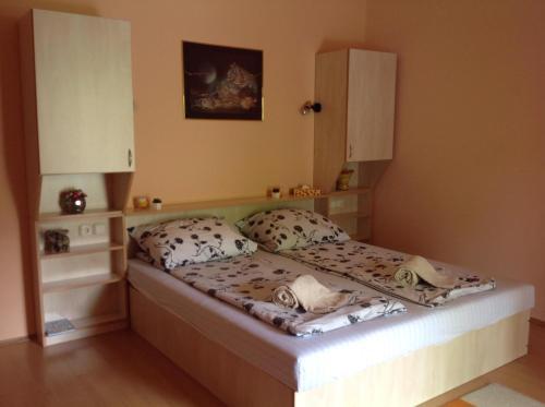 A bed or beds in a room at Kék Sziget Pihenőház