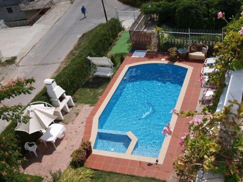 Изглед към басейн в Сънрайс Къща за Гости или наблизо