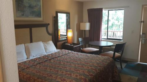 A bed or beds in a room at MAINGATE FLORIDA HOTEL