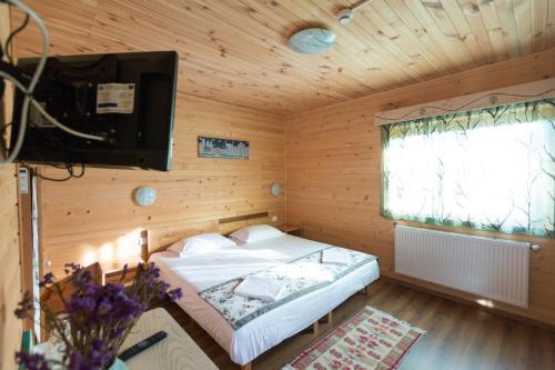 Un pat sau paturi într-o cameră la Pensiunea Balkan Expres