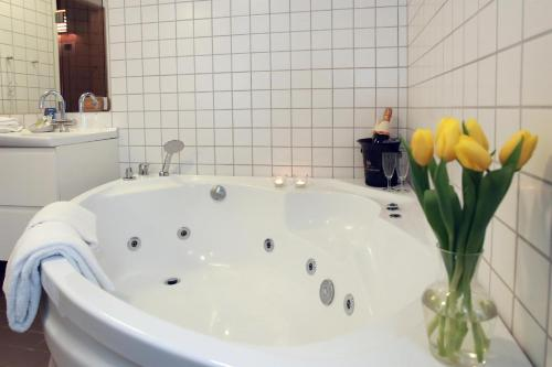 A bathroom at Benniksgaard Hotel