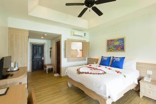 A bed or beds in a room at Phi Phi Bayview Resort
