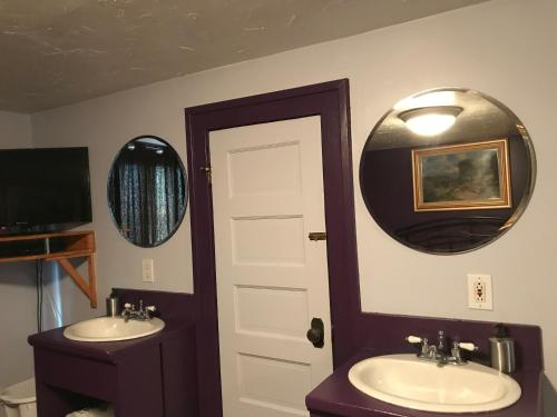 A bathroom at Nisku Guest House