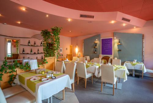 Ein Restaurant oder anderes Speiselokal in der Unterkunft Mühlenthalers Park Hotel