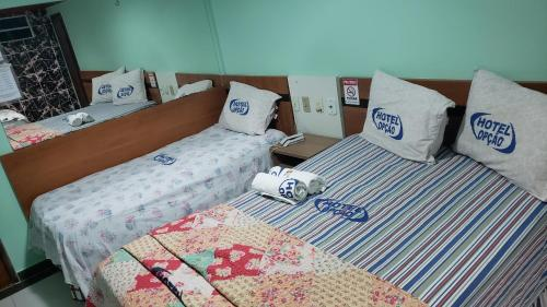 A bed or beds in a room at Hotel Opção