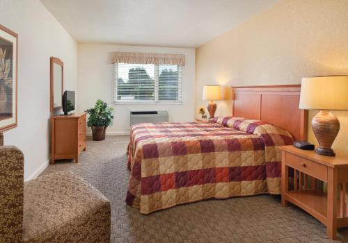 A bed or beds in a room at Club Wyndham Grand Lake